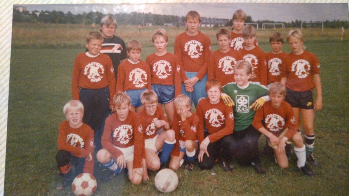 Football juniors from 80's in a team photo